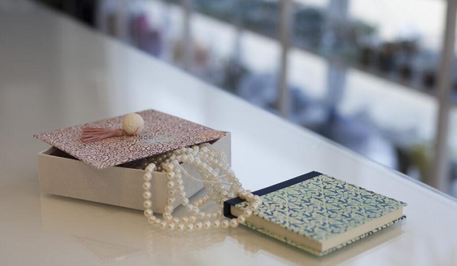 Schachtel und Notizbuch